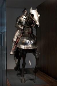 399px-Armored_knight_Paris_FRA_001